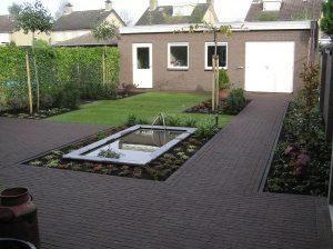 Van de Schoot Hoveniers Dinther strakke bestrating en vijver met fonteintjes