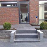 Van de Schoot Hoveniers Dinther achtertuin bestrating met trap en planten in borders 5