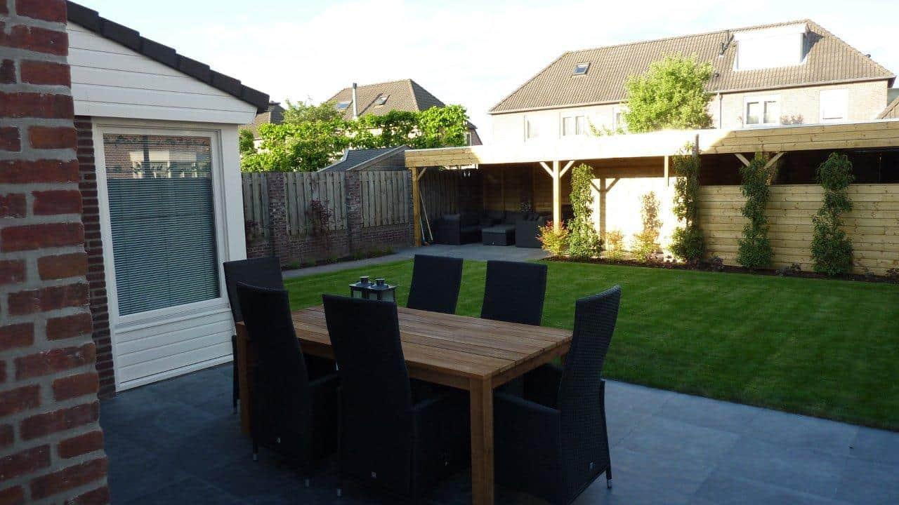Van de Schoot Hoveniers Dinther houten schutting met leibomen en loungeplek en natuursteen terras 2