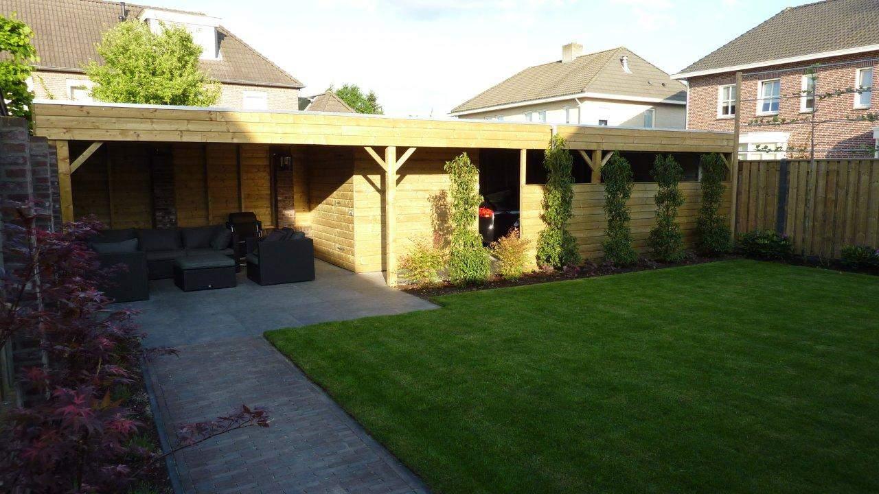 Van de Schoot Hoveniers Dinther houten schutting met leibomen en loungeplek en natuursteen terras 3
