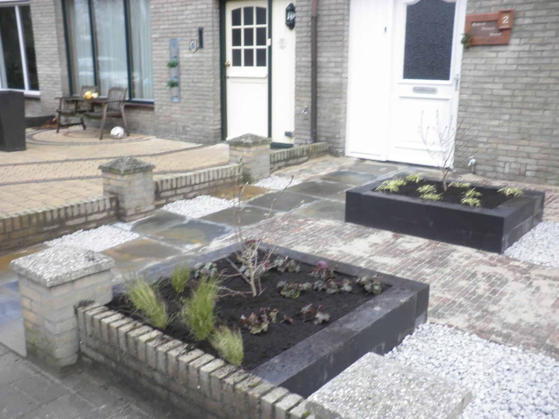 Van de Schoot Hoveniers verhoogde bloembakken in voortuin 3